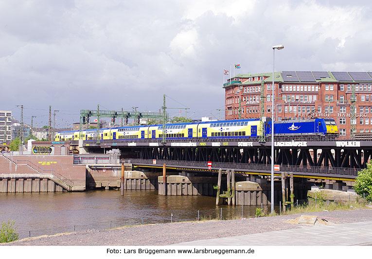 http://www.larsbrueggemann.de/fotos4/529ewd-hamburg-oberhafenbruecke.jpg